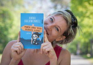 Autorenbild Anna Buchwinkel mit Buch - Querformat, Webauflösung